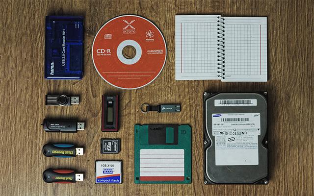 Disque dur, CD, Clé USB, carnet de note, carte mémoire